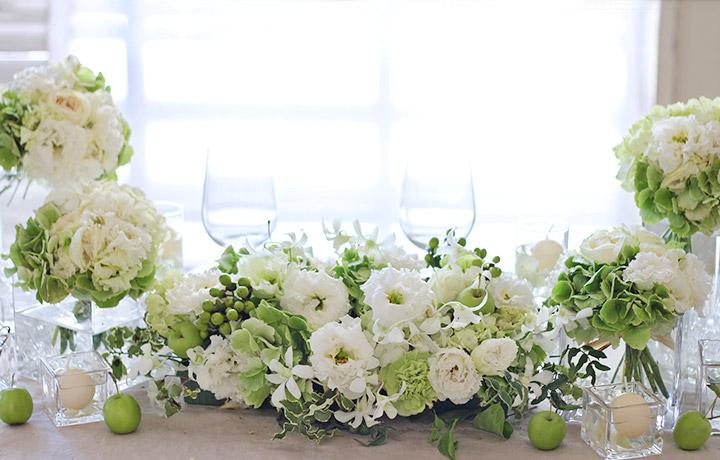 メインテーブル装花 ホワイト グリーン バラ トルコキキョウ