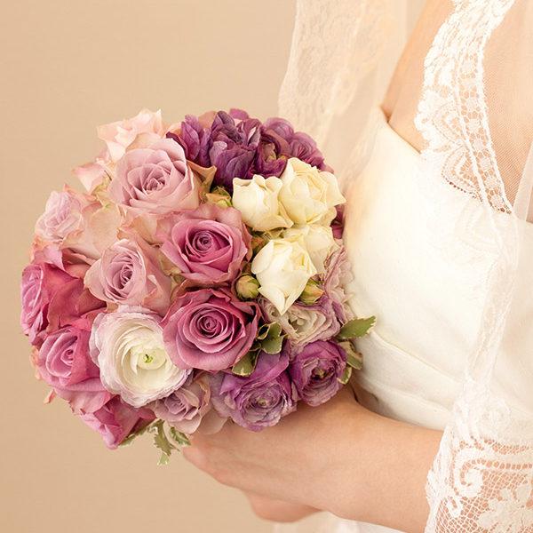 紫のラナンキュラスとバラのブーケ