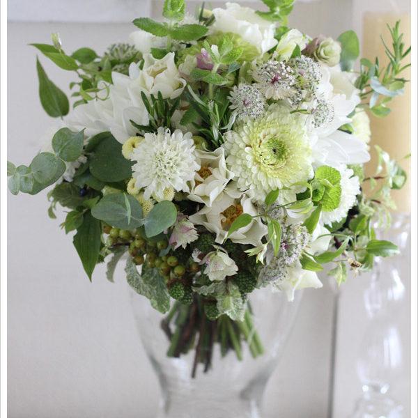 白いスカビオサや小花にミントやローズマリー、ユーカリ等のハーブをたっぷり合わせたナチュラルなガーデン風クラッチブーケ。