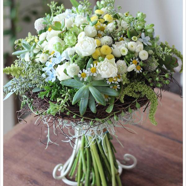 マトリカリア等様々な小花を束ねたクラッチブーケ。多肉植物やリースを使って個性的に。[ 軽井沢の石の教会 ]