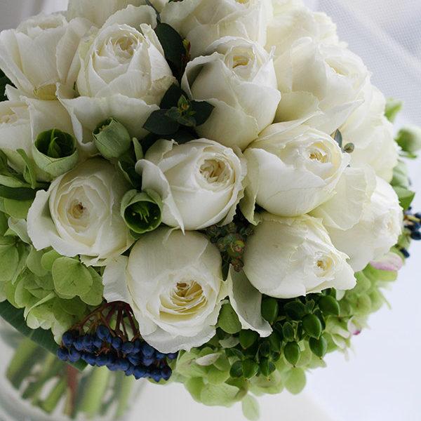白バラをぎゅっとまとめたクラッチブーケ。実は3つの花束をまとめて一つにしたシェアブーケ。