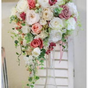 アイボリーのバラとシックなピンクを加えたキャスケードブーケ。実やグリーンをたっぷり入れて、軽井沢でのリゾートウェディングにぴったりの雰囲気に。