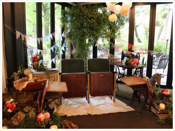 日比谷パレス様での会場装花。 アンティークの家具や小物にグリーンをたっぷり合わせ、まるで外国のウェディングのような雰囲気に。