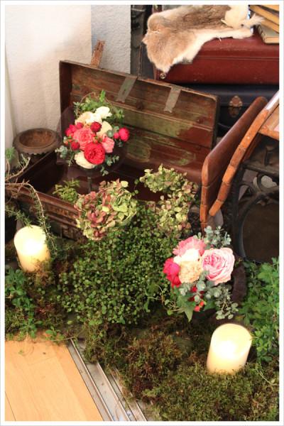アンティークのトランクの周りには、モスを敷いてグリーンもたっぷりと。 間にアクセントとして暖色系の花束とキャンドルを飾りました。