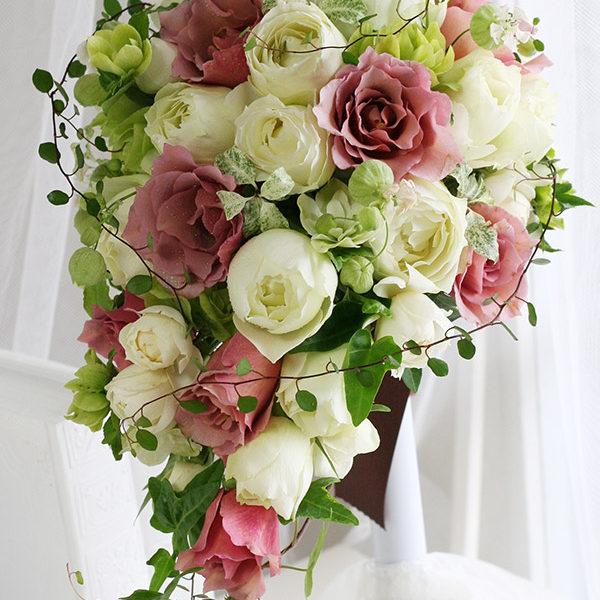 白バラに紅茶色のバラをアクセントに加えたセミキャスケードブーケ