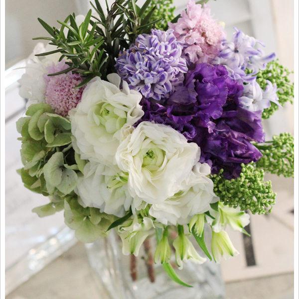 紫のリシアンサスと薄いパープルのヒヤシンスを合わせた春のクラッチブーケ。 白いラナンキュラスも加えて爽やかに。