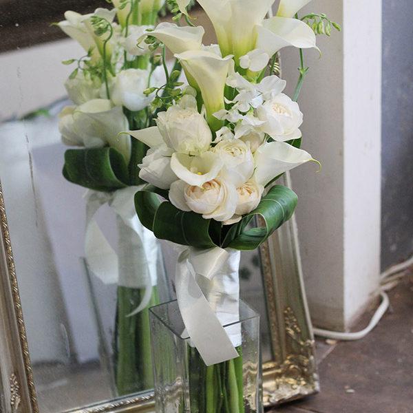 白いカラーとバラのアームブーケ