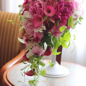 ワイン色のカラーとピンクの芍薬のブーケ