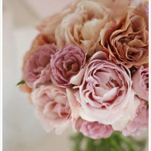 ヌードピンク、ベージュピンクなどのアンティークなニュアンスカラーのバラでまとめた、大人かわいいブーケ。