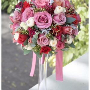 マットなパープルピンクのバラやブラウン系のバラにシルバーリーフを加えたラウンドブーケ。[ ANAインターコンチネンタルホテル東京様 ]