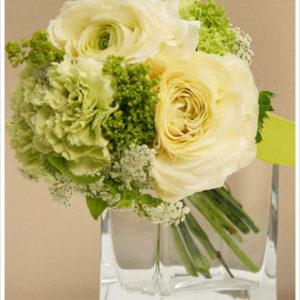 ブーケトス用のミニ花束。クリーム色〜グリーンのカラーがさわやか。
