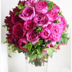 ワイン色のダリアとイブピアッチェなどの濃いピンクのバラを合わせたモダンなブーケ。
