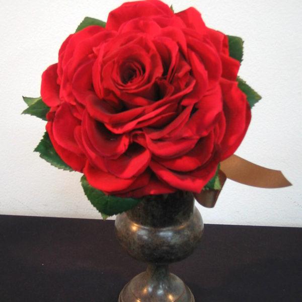 花びらを幾重にも重ねて大輪にした、深紅のバラのメリアブーケ(ビクトリアンブーケ)。