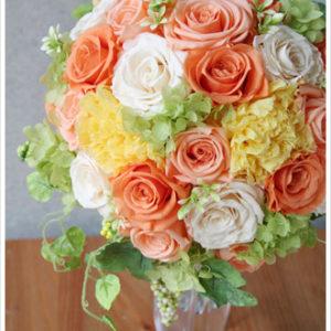 ぱっと会場が明るくなるような、オレンジや黄色などビタミンカラーのバラやカーネーションを使ったラウンドブーケ。