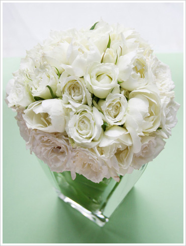 白いバラだけをたっぷり使った上品で贅沢なラウンドブーケ。数種類のバラを使ってブーケに深みをプラス。