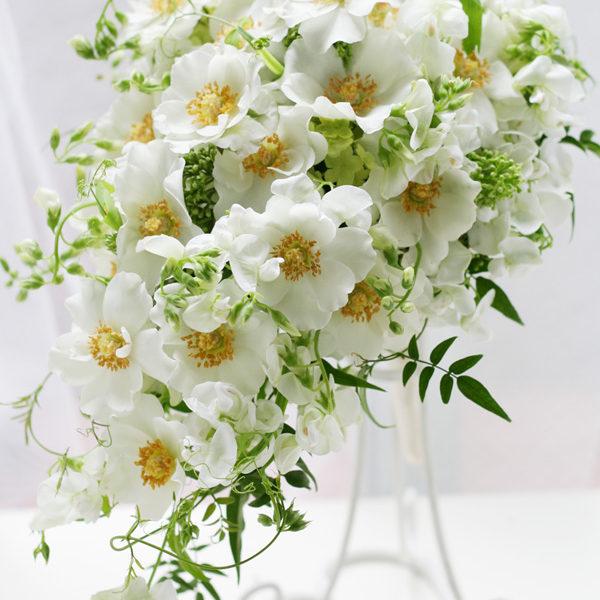 フリルのような形がかわいい八重咲きのバラ「ウエディングドレス」のセミキャスケードブーケ