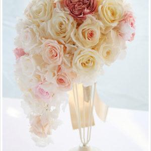 アイボリーとシャーベットピンクのバラを使ったキャスケードブーケ。グリーンを全く使わずお花だけで仕上げたラグジュアリーなデザイン。