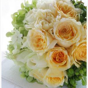 キャラメルイエローやクリーム色のバラとフレッシュグリーンの爽やかなブーケ。