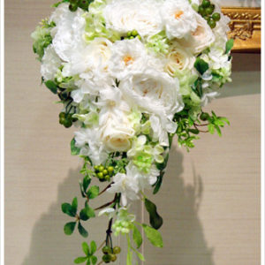 挙式におすすめの白×グリーンのキャスケードブーケ。グリーンをたっぷり入れて生花のようにナチュラルに。