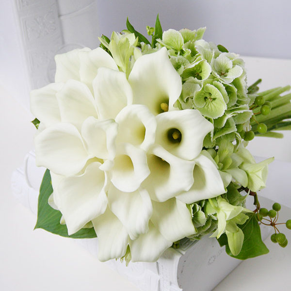 白いカラーを一つの花のように中央に集め、周りにグリーンのアジサイをあしらったクラッチブーケ