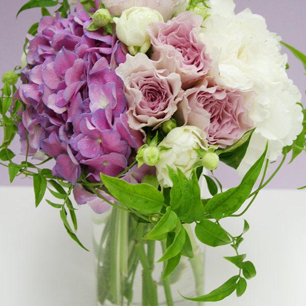 紫のアジサイとバラ(フォルム&スイートオールド)のブーケトス用花束。花をグルーピングしてモダンな印象に。