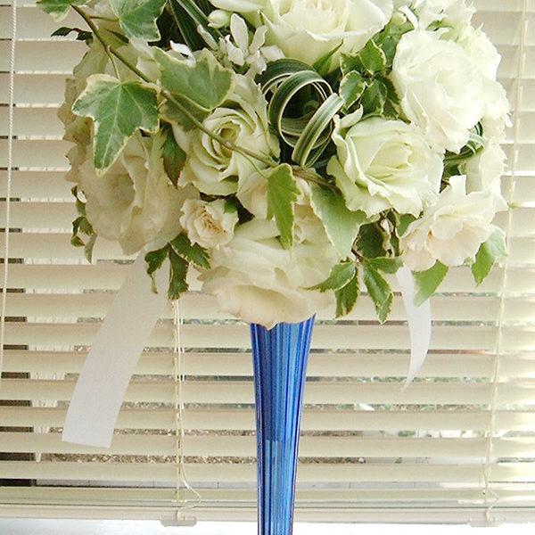 スタンダードな白バラのラウンドブーケ。くるりと巻いたミスカンサスがポイント。