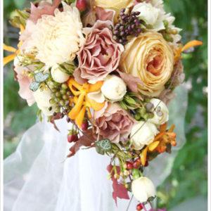 オレンジ&ベージュピンク系のアンティークカラーの花に、実やつる植物をたっぷり加えたキャスケードブーケ。[ 葉山ゲストハウスC33 ]