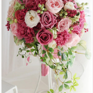 シックなピンクやラズベリーカラーのバラを使った大人可愛いブーケ。軽やかに流れるグリーンがポイント。