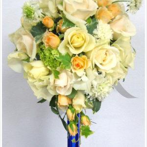 Photo 8 of 20 image 8 クリーム色×シャーベットオレンジのバラを使った、優しい色合いのティアドロップブーケ。