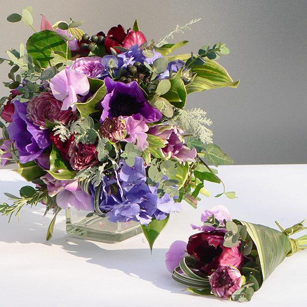 アネモネ、チューリップなど春の花を使ったシェアブーケ。12個に分かれるチューテ形ミニブーケはゲストへのプチギフトに。[ 花時間掲載作品 ]