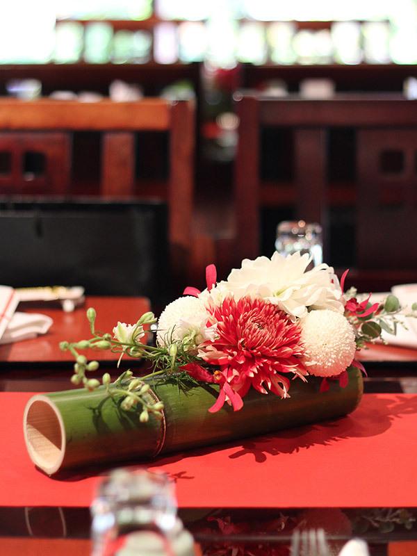 竹,和,装花,ゲストテーブル,アレンジ,紅白,ダリア,ピンポンマム