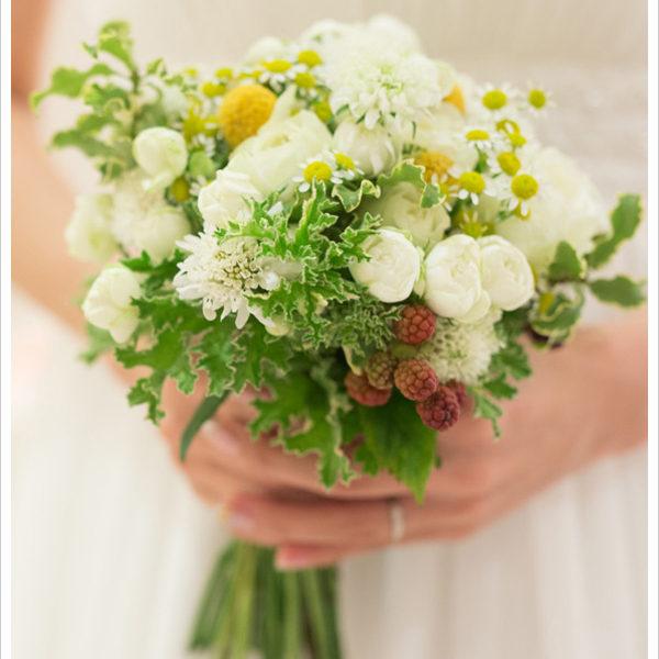 野の花とハーブを合わせた小さめのクラッチブーケ