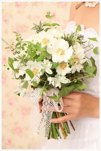 清楚な白バラ「ウェディングドレス」にハーブを合わせた少し小さめのクラッチブーケ。