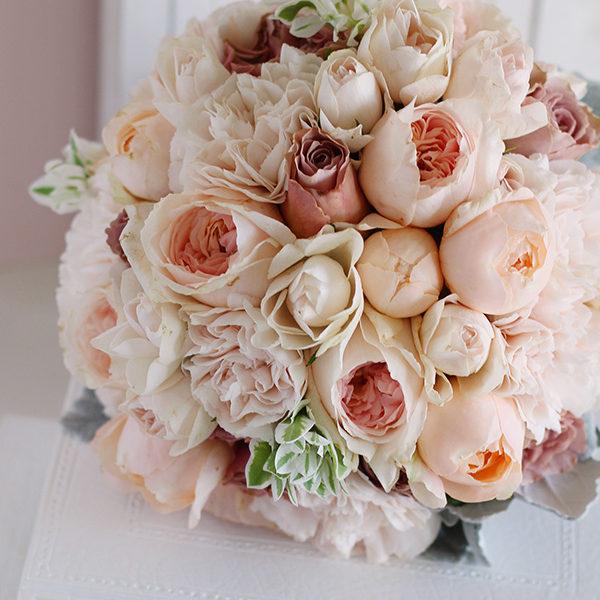ふんわり柔らかいクリームピンクの丸いバラを使ったブーケ