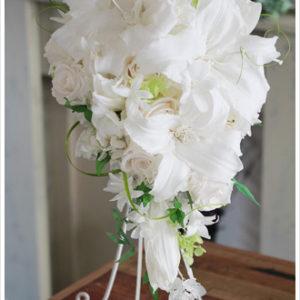 プリザーブドフラワーの白ユリ、カサブランカとバラを合わせたゴージャスなキャスケードブーケ。