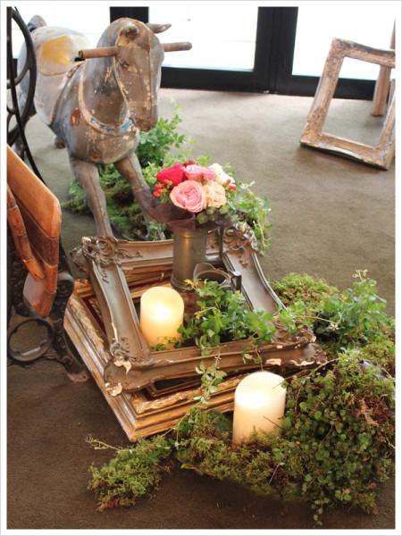 サイドにはなんと木馬が! 木馬やフレームの周りにはワイヤープランツやシュガーバイン等のグリーンを飾って。 アンティークな水差しには花束をプラス。
