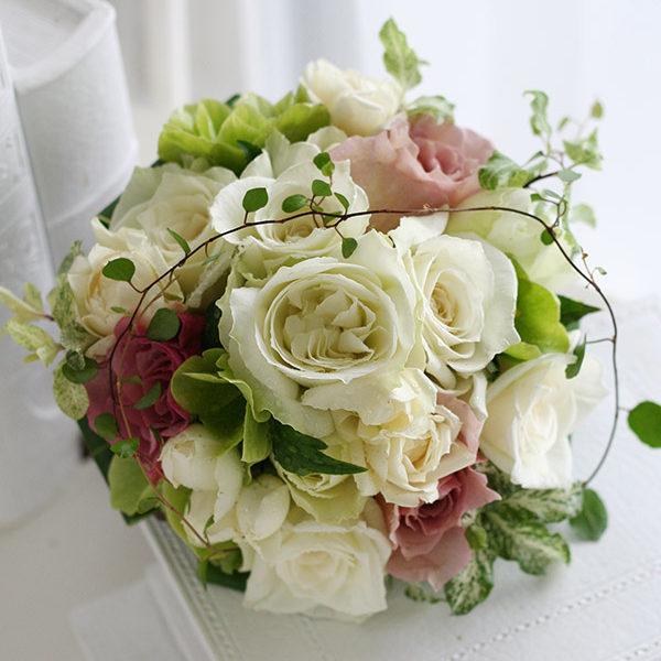 白バラにアクセントでスモーキーなピンクのバラを加えたブーケトス用のミニ花束。