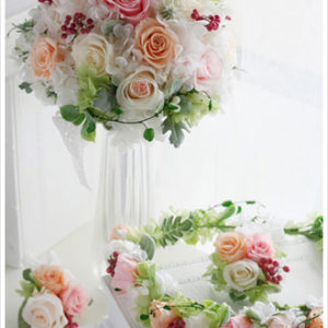 シャーベットカラーでまとめたブーケ。お揃いの花冠とリストレットでトータルコーディネート