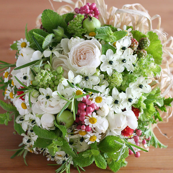 ハーブと小花のナチュラルクラッチブーケ