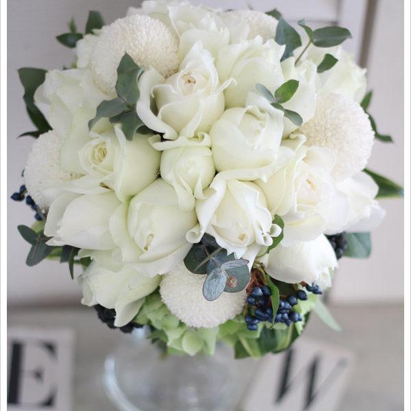 ブルゴーニュなどの丸いバラにシルバーグリーンを加えた大人っぽいクラッチブーケ。丸い形がかわいい白いピンポンマムも加えています。
