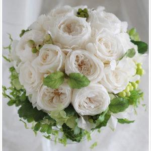 オールドローズなど白いバラをメインに、ライムグリーンのアジサイやハーブなどフレッシュな色をプラス。