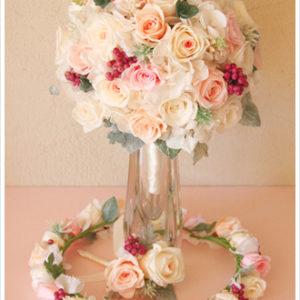クリーム、ピーチ、ピンクなどのパステルカラーでまとめたラウンドブーケとお揃いの花冠。