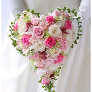 ピンクのバラをたっぷり使ったラブリーなハート型のブーケ。