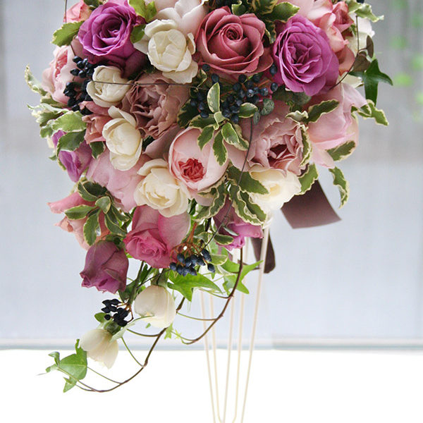 シックなピンク、パープル、ブラウンのバラ、ベリーを使ったセミキャスケードブーケ。[ 目黒雅叙園様 ]