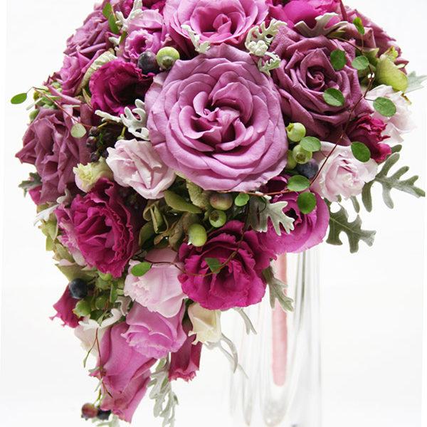 赤紫のバラをメインにブルーベリーをアクセントにしたジューシーなワインカラーのティアドロップブーケ。