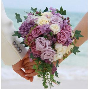 紫のバラとあじさいを使ったクラッチブーケ。グリーンを垂らして生花のようなナチュラルな雰囲気に。