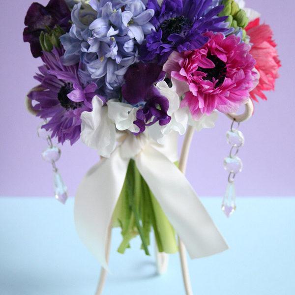 アネモネ、ヒヤシンス、スイトピーなど、春の花をたっぷり使ったミックスカラーのキュートなブーケ。