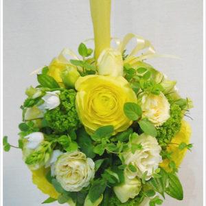 黄色のラナンキュラス×グリーンのボールブーケ。持ちやすいボールブーケは二次会や立食パーティーにもおすすめ。