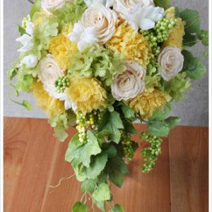イエロー系のお花にフレッシュなグリーンをたっぷり加えたセミキャスケードブーケ。アクセントにジャスミンを加えて。