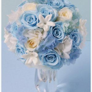 リゾートにもおすすめのブーケ。生花にはない水色のバラはプリザーブドならでは。ヒトデのような星形のジャスミンもキュート